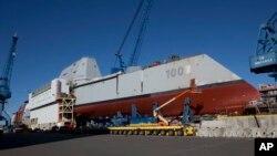 """ساخت ناوشکن """"یو.اس.اس زوم والت""""، بزرگترین ناوشکن ساخته شده در آمریکا، در کارخانه کشتی سازی """"بث آیرون ورکس"""" - آرشیو"""