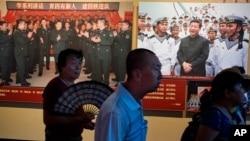 北京军事博物馆的中国解放军建军90周年展览中习近平视察部队的图片(2017年8月1日)。