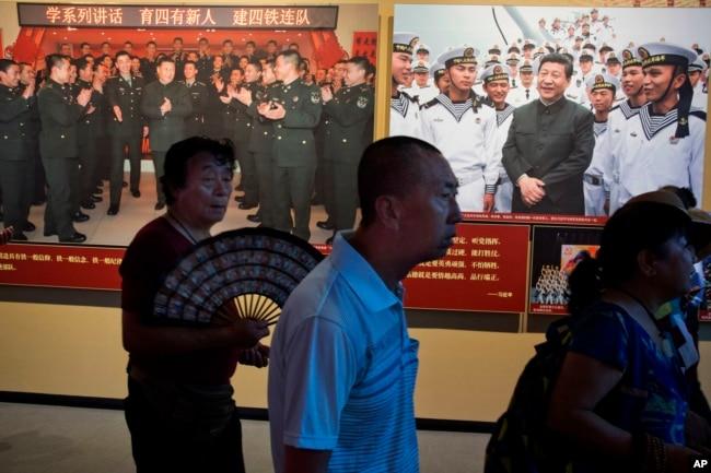 北京軍事博物館的中國解放軍建軍90週年展覽中習近平視察部隊的圖片(2017年8月1日)。