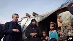 Filipo Grandi, šef UNHCR-a razgovara sa sirijskom porodicom tokom posete izbegličkom kampu u Libanu.
