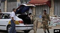 Jemenski vojnici pregledaju automobil na bezbednosnom punktu u prestonici Sani