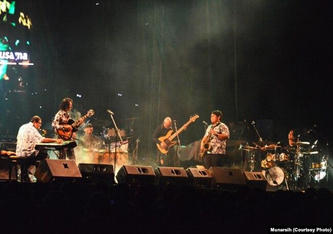 Collaboration Band terdiri Idang Rasjidi (keyboards), Iwan Wiradz (perkusi), Yance Manusama (bass), Mus Mujiono (gitas,vokal), Mahesa Santoso (drum) dan Richard Hutapea (saxophone) tampil membuka Economics Jazz Live ke-23 di kampus UGM, Sabtu, 28 Oktober 2017. (Foto: VOA/Munarsih)