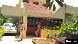 인도의 유명 언론인 가우리 랑케시 기자가 괴한의 총에 맞아 숨진 뒤 6일 경찰이 자택 앞을 지키고 있다.