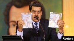 Le président Nicolas Maduro montre des documents personnels d'ex-soldats américains arrêtés au Venezuela, lors d'une conférence de presse virtuelle à Caracas, le 6 mai 2020. (Photo via REUTERS)