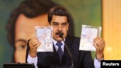 ប្រធានាធិបតីវេណេស៊ុយអេឡាលោក Nicolas Maduro បង្ហាញឯកសារឯកជនមួយអំឡុងពេលសន្និសីទសារព័ត៌មានតាមអ៊ីនធឺណិតមួយ នៅក្រុងការ៉ាកាស ប្រទេសវេណេស៊ុយអេឡា កាលពីថ្ងៃទី០៦ ខែឧសភា ឆ្នាំ២០២០។