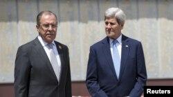 克里(右)與俄羅斯外長拉夫羅夫(左)在索契