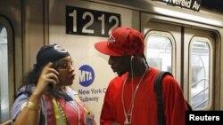 Seorang petugas kereta api bawah tanah New York (Subway) sedang memberikan petunjuk mengenai alternatif rute di sebuah stasiun di Manhattan (Foto: dok).