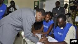 Le président Blaise Compaoré signe un document après son vote au scrutin du 2 déc. 2012, à Ouagadougou