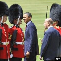 Predsednik Obama i princ Filip sa počasnom gardom u Bakingemskoj palati