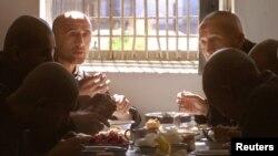 """""""Jasliq"""" qamoqxonasida tushli payti, 28-sentabr, 2003"""