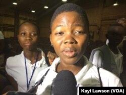Suzanne Adjo Amah-Toutoui lors de la Première édition du concours national des clubs d'anglais du Togo, le 7 avril à Lomé, Togo, le 7 avril 2017. (VOA/Kayi Lawson)