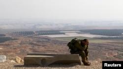 一名以色列士兵在约旦河谷完成45公里的行军后休息。约旦河谷位于约旦河西岸,与约旦接壤。(2014年1月2日)