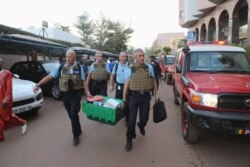 Témoignages maintenant de deux otages qui ont pu être exfiltres de l'hôtel par les forces de sécurité.