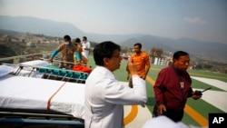 4月18日 星期五救援人員在等候接收從聖母峰救來的傷者。
