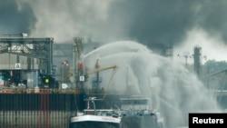 Des pompiers essaient d'éteindre le feu de l'usine chimique de BASF dans le port allemand de Ludwigshafen, le 17 octobre 2016.