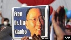Demonstranti nose transparent na kojem piše Oslobodite Dr. Liu Šiaoboa