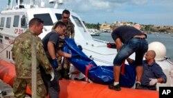 Para petugas pantai Italia mengangkut jenazah korban tewas migran Afrika yang mengalami kecelakaan di Laut Tengah (3/10).