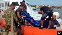 2013年10月3日意大利海岸警察在兰佩杜萨港抬下非洲遇难移民的尸体