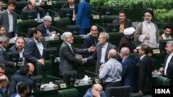عارف پس از پیروزی لاریجانی در انتخاب رئیس موقت با او دست داد.