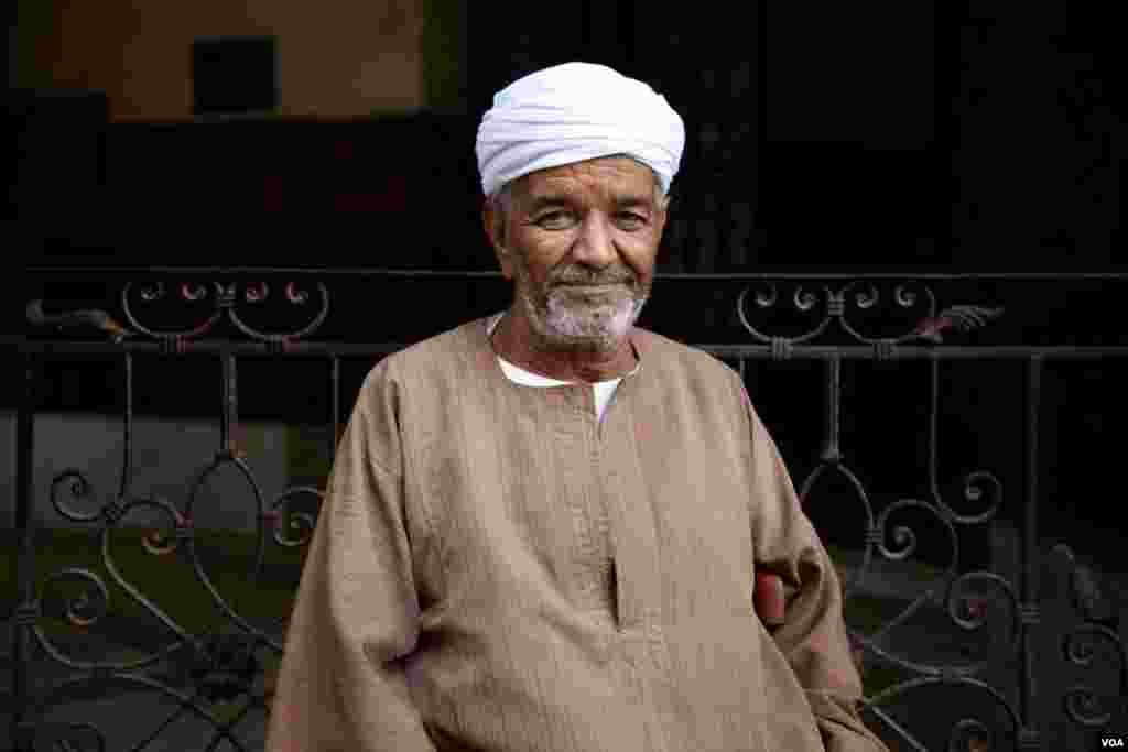 """Wahid Ahmed Fouad, employé de boutique au Caire, dit qu'obama a, """"dans une large mesure, mis fin au terrorisme au niveau du monde arabe."""" (Y. Weeks/VOA)"""