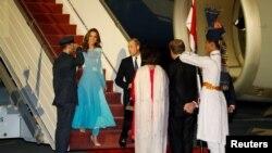 وزیر خارجہ شاہ محمود قریشی اور ان کی اہلیہ شاہی مہمانوں کا استقبال کر رہے ہیں