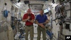 El astronauta de la NASA Soctt Kelly (izquierda) y el cosmonauta ruso Mikhail Kornienko permanecerán un año a bordo de la Estación Espacial Internacional.