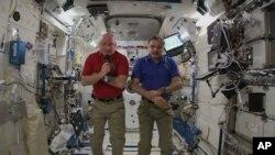 NASA astronavti Skot Kelli va rossiyalik kosmonavt Mixayl Kornienko xalqaro fazo markazida, 29-aprel, 2015-yil.