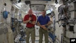 اسکات کلی (چپ) و میخائیل کورنیکو (راست) در ایستگاه فضایی بین المللی و در حال مصاحبه با رسانه ها در زمین