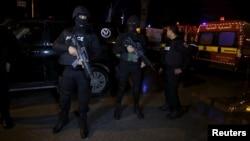 Des policiers tunisiens montent la garde après l'attaque d'un bus militaire le 24 novembre 2015, à Tunis, en Tunisie. (Reuters/Zoubeir Souissi)