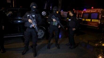 Sĩ quan cảnh sát Tunisia đứng bảo vệ sau khi một cuộc tấn công trên chiếc xe buýt quân sự ngày 24/11/2015, tại Tunis, Tunisia.