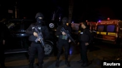 突尼斯总统卫队乘坐的一辆大轿车遭遇袭击后,警察戒备(2015年11月24日)