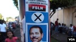 Poster kampanye Presiden Daniel Ortega terlihat di jalanan kota Managua, Nikaragua, Minggu (7/11).