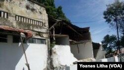 Kerusakan pada Sebuah Bangunan di Jalan Yos Sudarso Poso Akibat Gempa Bumi 6,6 SR (foto: VOA/Yoanes Litha)