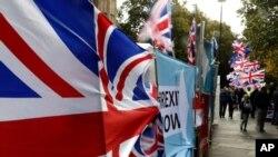 Bendera para pemrotes Brexit di luar gedung parlemen Inggris di London, 29 Oktober 2019. (AP Photo/Frank Augstein)