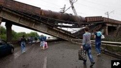 7일 우크라이나 동부와 도네츠크 북부를 연결하는 교량이 파괴됐다.