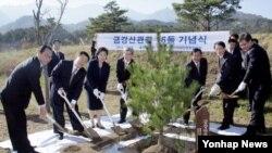18일 금강산에서 열린 관광재개 기원 공동 식수행사에서 현정은 현대그룹 회장(왼쪽 세번째)이 원동연 북한 조선아시아태평양평화위원회 부위원장(왼쪽 두번째), 조건식 현대아산 사장(왼쪽 네번째)과 함께 식수하고 있다.