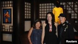 资料照:已故功夫巨星李小龙的女儿李香凝(中)与家人在香港文化博物馆李小龙展厅内拍照留念。 (2013年7月19日)