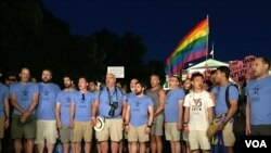 2016年6月12日晚上,华盛顿同志合唱团在白宫前面抗议集会,哀悼奥兰多枪击案的遇难者。
