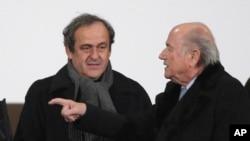 Le président démissionnaire suspendu de la Fifa, Sepp Blatter, à droite, et le président suspendu de l'UEFA Michel Platini.