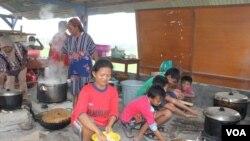 Pengungsi Gunung Kelud bersama warga Desa Damarwulan Kecamatan Kepung Kabupaten Kediri membuat dapur darurat sendiri tanpa bantuan pemerintah. (Foto Petrus Riski)