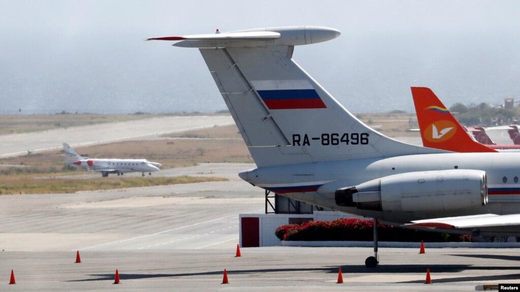 Một chiếc máy bay có gắn cờ Nga tại sân bay quốc tế Simon Bolivar ở Caracas, Venezuela, hôm 24/3. Nga có thể sẽ gửi thêm nhiều binh sỹ tới quốc gia Nam Mỹ này, theo thứ trưởng ngoại giao Venezuela.