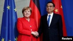 리커창 중국 총리(오른쪽)와 앙겔라 메르켈 독일 총리가 9일 베를린 총리 관저에서 기자회견을 연 뒤 악수를 하고 있다.