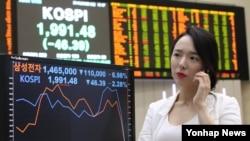 미국 금리 인상 우려와 삼성전자 갤럭시노트7 리콜 사태 등의 악재로 코스피가 1,990선으로 후퇴한 12일 서울 여의도 한국거래소 직원이 삼성전자 종가를 확인하고 있다.