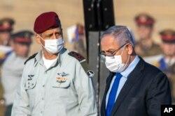 آویو کوچاوی، رئیس ستاد مسترک ارتش اسرائیل در کنار بنیامین نتانیاهو، نخست وزیر این کشور