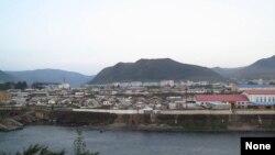 شهر هیسان در کره شمالی در مجاورت مرز چین. ۱۸ سپتامبر ۲۰۱۳