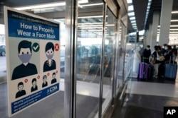 시카고 오헤어 공항에 항공기 탑승객 마스크 착용 안내문이 붙어있다.