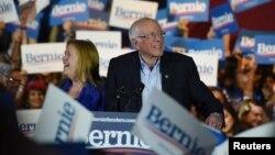 Bakal calon presiden dari Partai Demokrat, Bernie Sanders dan istrinya, Jane mendapat sambutan meriah dari pendukungnya