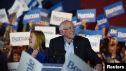 民主党总统参选人伯尼·桑德斯2020年2月日赢得内华达州党团初选后与妻子参加竞选活动