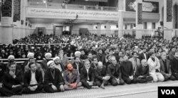 عکسی از علی همتیان (رئوف) در یکی از دیدارهای خامنه ای با کارگزاران نظام که بعد برداشته شد.