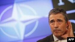 Tổng thư ký NATO Anders Fogh Rasmussen lắng nghe 1 câu hỏi trong cuộc họp báo ở Brussels, 6/7/2011